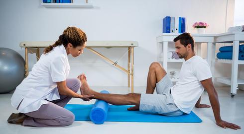 fisioterapeuta-trabajando-con-un-paciente